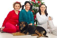 狗朋友愉快的三名妇女 库存照片