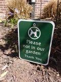 狗标志,在我们的庭院里遏制您的狗,请不 免版税库存图片