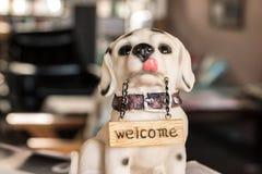 狗玩偶欢迎 库存图片