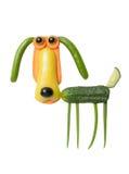 狗由新鲜的胡椒、红萝卜和黄瓜制成 免版税库存图片