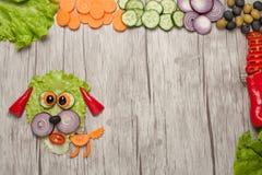 狗由新鲜蔬菜做成在木桌 库存图片