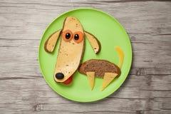 狗由面包和乳酪制成在板材和委员会 免版税图库摄影