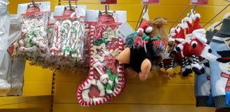 狗的圣诞礼物款待在超级市场 库存照片