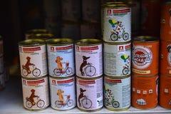 狗的食物在超级市场 免版税库存照片