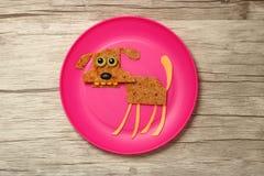 狗编写与食品成分在板材和委员会 免版税图库摄影