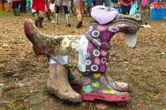 狗雕塑由被回收的惠灵顿起动做成 库存照片