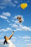 狗飞行女孩她长卷毛狗微笑 免版税图库摄影