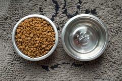 狗食和水碗 免版税库存照片