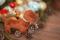 狗,圣诞节装饰的年在占星的 库存照片