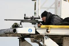 狙击手瞄准他的获取区域的武器作为Barack O总统 免版税库存图片