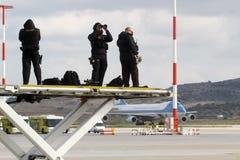 狙击手瞄准他的获取区域的武器作为Barack O总统 免版税库存照片
