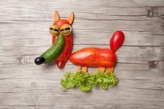 狡猾狐狸由新鲜蔬菜做成在木板 库存照片