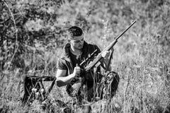 狩猎射击战利品 狩猎爱好和休闲 人充电的狩猎步枪 狩猎设备概念 猎人与 图库摄影