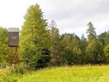 狩猎小屋和开会在山 免版税库存照片