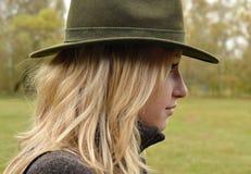 狩猎帽子的白肤金发的妇女 免版税库存图片