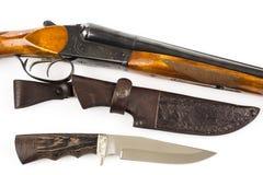 狩猎步枪、刀子和皮革盒 免版税库存照片