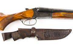 狩猎步枪和刀子在皮革案件 免版税图库摄影