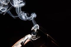 从狩猎步枪的烟 免版税库存照片