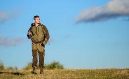 狩猎武器枪或步枪 狩猎爱好 人狩猎自然环境 男性爱好活动 人猎人运载 库存照片