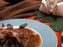 狩猎炖煮的食物和巧克力汁细节在圆的板材 免版税库存照片