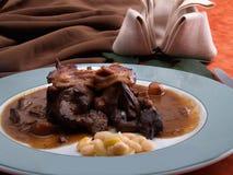 狩猎炖煮的食物的特写镜头细节在板材的 免版税库存图片