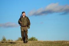狩猎爱好 人狩猎自然环境 男性爱好活动 狩猎武器枪或步枪 人猎人运载 库存图片