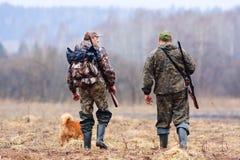 狩猎的两个朋友 库存图片