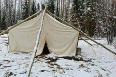 狩猎阵营帐篷在冬天 免版税库存照片