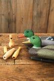 狩猎 有木口哨的鸭子诱饵 库存照片