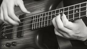 独奏使用在低音吉他的人 黑色白色 股票录像