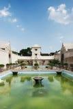 独奏印度尼西亚内部宫殿的池塘 免版税库存照片