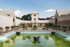 独奏印度尼西亚内部宫殿的池塘 免版税库存图片