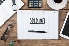 独奏大平底船,只今天的西班牙文本在办公桌的笔记本 免版税库存图片