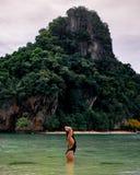 独奏女性旅客在攀牙湾泰国的热带水域中 免版税库存照片