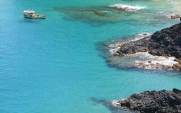 独奏平安地浮动的小船 免版税库存图片