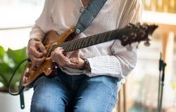 独奏爵士乐的吉他弹奏者 库存图片