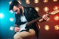 独奏男性musican与电镀吉他 库存图片