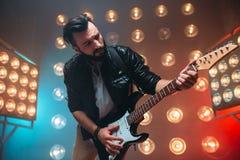 独奏男性musican与电镀吉他 免版税库存图片