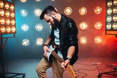 独奏男性musican与电镀吉他 库存照片