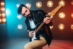 独奏男性musican与电镀吉他 免版税库存照片