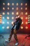 独奏男性musican与电镀吉他 图库摄影