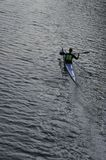独奏的划独木舟的人 免版税库存图片