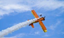 独奏的双翼飞机 免版税库存图片