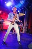 独奏萨克斯管 爵士乐的年轻天才在俱乐部奥林匹亚的 库存照片