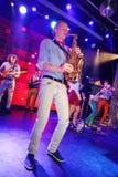 独奏萨克斯管 爵士乐的年轻天才在俱乐部奥林匹亚的 库存图片