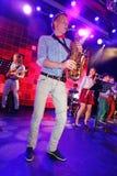 独奏萨克斯管 爵士乐的年轻天才在俱乐部奥林匹亚的 免版税库存图片