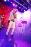 独奏萨克斯管 爵士乐的年轻天才在俱乐部奥林匹亚的 图库摄影