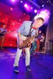 独奏萨克斯管 爵士乐的年轻天才在俱乐部奥林匹亚的 免版税图库摄影