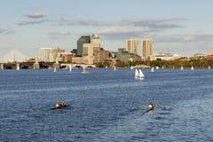 独木舟划船在查尔斯河波士顿 免版税库存图片