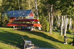 独木舟和客舱在森林 免版税库存照片